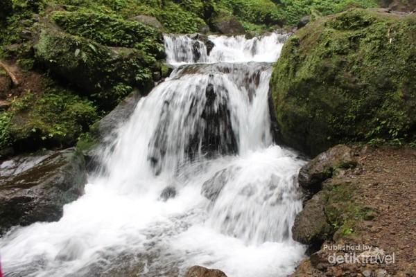 Airnya yang jernih dan sejuk membuat siapa saja yang melihat ingin segera bermain air.
