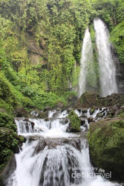 Air terjun ini mengalir deras sehingga saat berdiri di dekatnya pengunjung akan basah terkena percikan air.