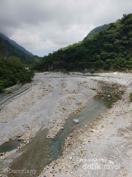 Di sini pun kita dapat melihat Taroko biru (di bagian lain telah hitam jernih karena endapan lumpur di sungai)