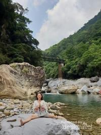 Rasanya tidak mau beranjak dari tempat ini, setelah bermain-main air yang jernih, dingin dan sejuk saya pun menyempatkan untuk memperagakan gerakan yoga sejenak