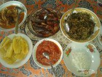 Saat kami bermalam di rumah kepala Desa Nusa Kahatola, kami disajikan kuliner tradisional desa tersebut. Ada kasbi atau singkong rebus, sayur daun singkong dan kelapa, sambal goreng ikan layang, ikan kerapu dan kakap yang diberi kuah santan