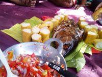 Ini makanan ala piknik di tepi pantai yang indah Pulau Maitara di Maluku Utara. Cakalang asap, ketan bakar dan sambal dabu-dabu. Bahan makanan ini mudah didapat karena banyak dijual di pelabuhan, terminal dan pasar
