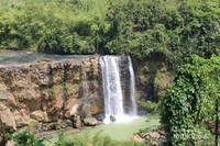 Pengunjung juga dapat berjalan menuruni jalan setapak , untuk melihat air terjun dari bagian bawah.