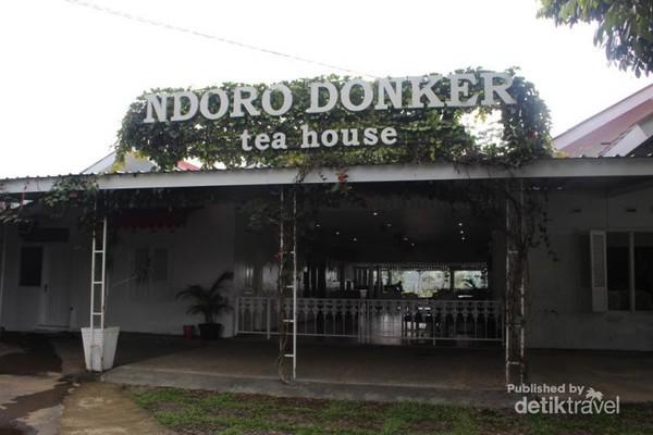 Bagian depan rumah teh dengan tulisan besar yang mudah ditemukan saat kita berada di kebun teh kemuning Karanganyar.