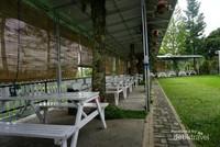 Bangku-bangku putih di taman bagian samping , siap menyambut para tamu.