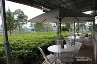 Pengunjung bisa memilih tempat duduk di dalam atau di luar ruangan.semuanya sama cantiknya...