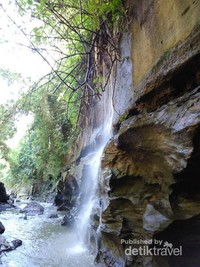 Air yang mengalir pada dinding lembah