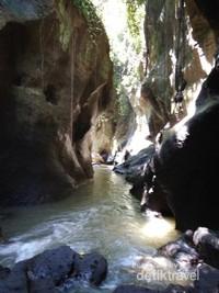 Aliran sungai di sepanjang lembah