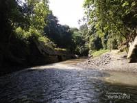 Suasana aliran sungai menyapa pada awal masuk lembah