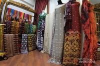 Ragam kain tradisional Palembang yang dapat menjadi pilihan untuk buah tangan.