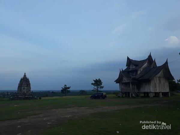 Rumah Gadang dan replika Candi dengan latar belakang pemandangan yang indah