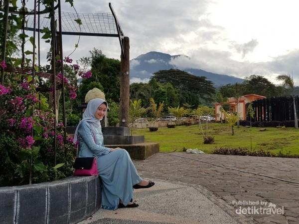 Gunung Dempo sebagai latar belakang.