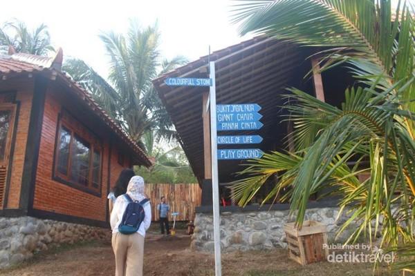 Bagian dari lokasi teras kaca , disini pengunjung harus mengambil nomor antrian untuk berfoto di teras kaca.