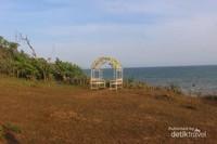 Salah satu tempat berfoto dengan latar belakang laut luas.