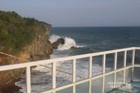 Ombak dan lautan dengan teras yang terbuat dari kaca , menjadikan tempat ini menjadi spot yang keren.