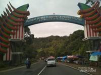 Gerbang menuju Kabupaten Pesisir Selatan lokasi kawasan wisata Puncak Mandeh.