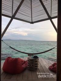 Pemandangan lautan dari kamar