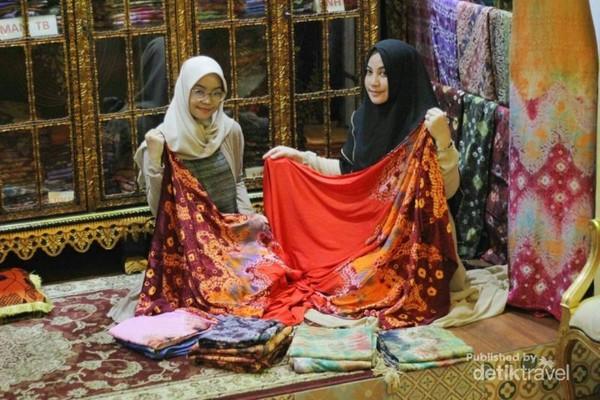 Aneka motif dan warna kain Jumputan di Griya Tuan Kentang