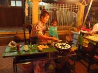 Menikmati berbagai macam jajanan di pasar malam Luang Prabang