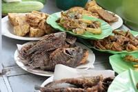 Aneka menu yang tersedia di warung makan Bu Fat.