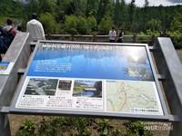 Batu yang berisi keterangan tentang Blue Pond