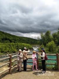 Pengunjung di Blue Pond