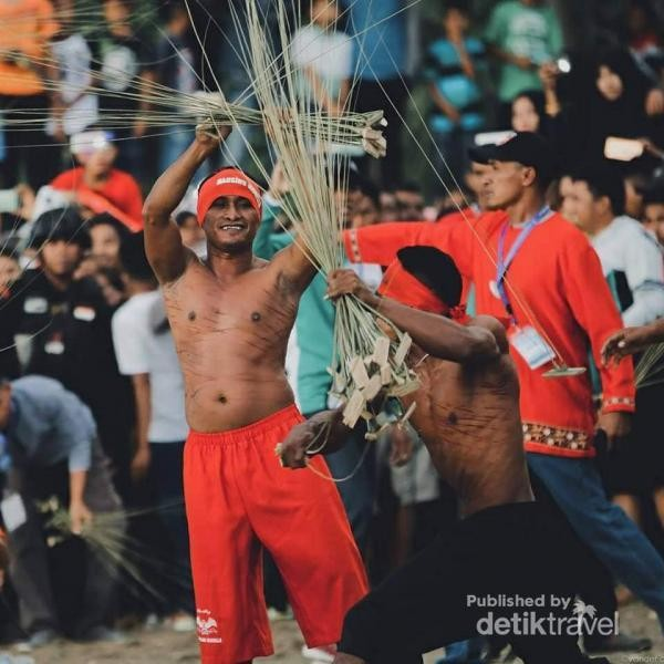 Tradisi Pukul Sapu di Maluku