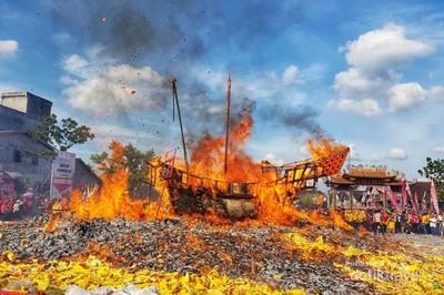 Begini Meriahnya Ritual Bakar Tongkang di Riau