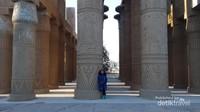 Great Hypostyle Hall di komplek Kuil Karnak, Mesir. Mirip dengan aslinya kan.