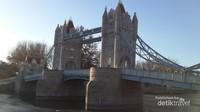 Landmark Inggris yang sangat populer, Tower Bridge yang berada di London.
