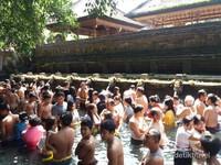 Masyarakat dan turis berendam merasakan kesejukan mata air