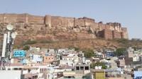 Benteng Mehrangarh terletak di atas bukit berbatu ,125 meter di atas Kota Jodhpur. Tampak kokoh,tak tertembus dan megah.