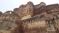 Mehrangarh Fort membentengi istana-istana megah sang Maharaja Jodhpur. Tinggi bentengnya 6-36 meter.