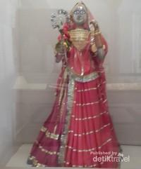 Salah satu kostum ratu kerajaan di dalam galeri museum