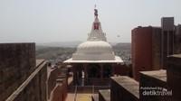 Kuil Chamunda Devi di dalam kompleks Mehrangarh Fort. Merupakan persembahan untuk Devi Chamunda Mataji, Yang merupakan Dewi favorite Rao Jodha. Disinilah lokasi terjadinya human stampede yang terjadi pada 30 September 2008, dimana 249 orang terbunuh dan 40 orang terluka.