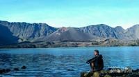Banyak cara untuk menikmati Gunung Rinjani, meski hanya dengan melamun