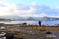 Berfoto dengan latar pantai