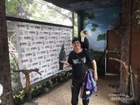 Bisa berfoto dengan burung di Batu Secret Zoo