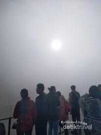 Pengunjung menunggu momen matahari terbit
