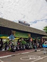 Gerbang Taman Burung - Taman Mini Indonesia Indah berlokasi di dalam TMIIJam operational dari senin sampai minggu buka jam 08.30-17.00 wib dengan harga tiket per orang dewasa Rp. 20.000,-