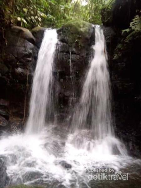 Air Terjun Batang Tandai tingkat paling atas dan cukup sulit untuk dicapai karena harus menaiki bukit yang ditumbuhi pohon-pohon besar terlebih dahulu.