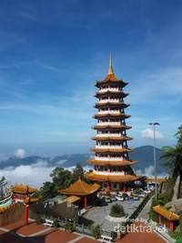 Pagoda bagai berada di atas awan