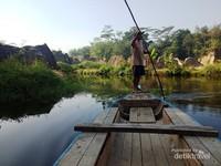 Perahu di Tebing Koja yang melintasi sungai kecil