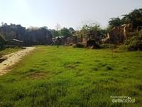 Padang rumput dan bukit-bukit kapur di area Tebing Koja