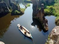 Dua orang yang sedang menikmati suasana Tebing Koja dari perahu