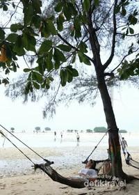 Santai dulu di hammock yang ada di pinggir pantai