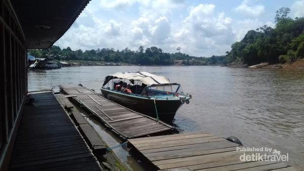 Salah satu panorama sungai Barito ketika tengah hari. Terlihat bersih dan sangat alami