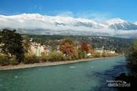 Sungai berlatar belakang pegunungan Alpen