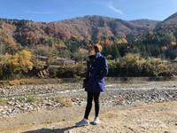Pemandangan sekitar jembatan, dikelilingi oleh bukit-bukit dan sungai kecil
