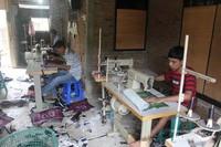 Beberapa orang tampak sedang bekerja membordir tas khas Aceh ini